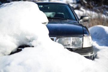 Samochód pod śniegiem. Zima.