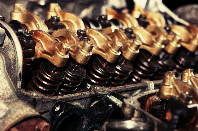 Silnik samochodu - odsłonięte cylindry