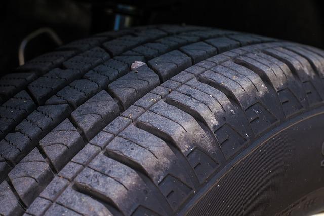 Opona samochodowa - bieżnik opony z wciśniętym kamieniem